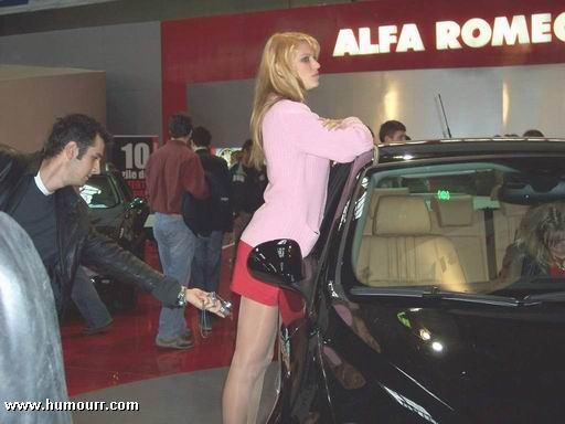 Image drôle: pas bien de faire des photos sous la jupe des filles