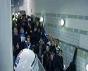 Des supporters évacués d'un escalator